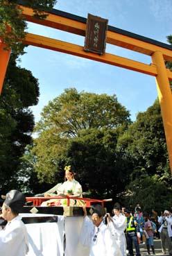 氷川神社鳥居と斎姫輿