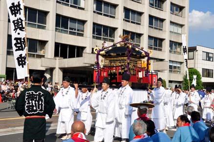 川越市役所前の神幸祭巡行