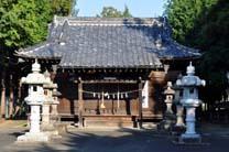 拝殿と灯籠