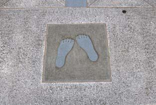 八の字足跡