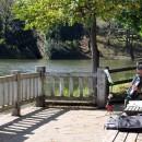 修景池のベンチで