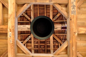 真下から覗いた鐘楼門