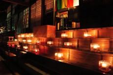 本堂を照らすロウソクの灯