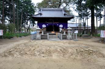 拝殿と土俵跡