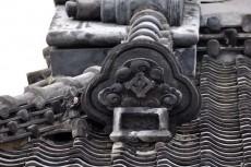 屋根から見守る鍾馗像